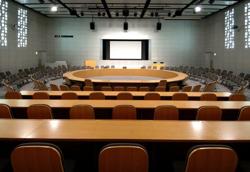 冒頭、栄一(仲村トオル)が演説していた世界環境会議の会場