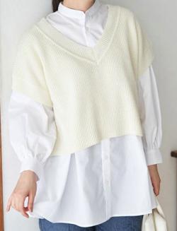 ホワイトのベストレイヤードシャツ