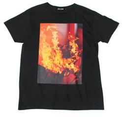 ブラックのプリントTシャツ