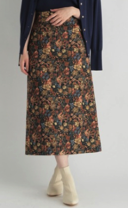 ベージュの小花柄タイトスカート