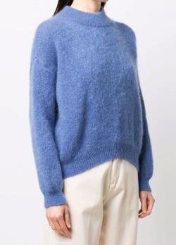 ブルーのニットセーター