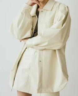 アイボリーのジャケット