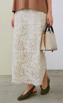 ホワイトのレースロングスカート