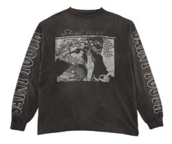 グレーのプリントTシャツ