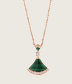グリーンの扇形ネックレス