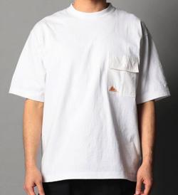 ホワイトのポケットTシャツ