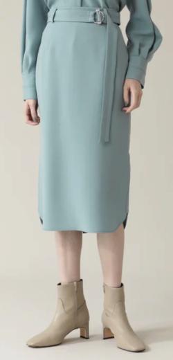 ライトブルーのスカート