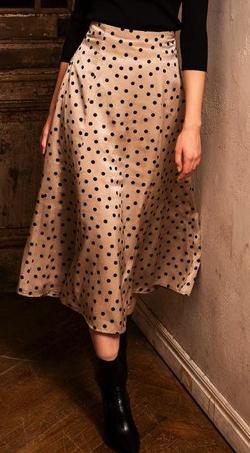 ベージュのドット柄スカート