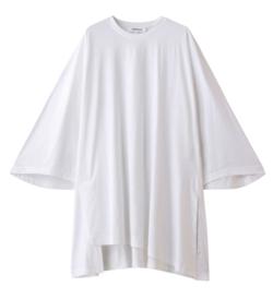 ホワイトのフレアスリーブTシャツ