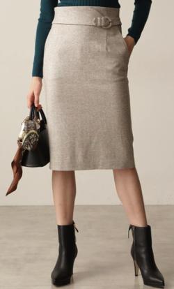 ベージュのタイトスカート