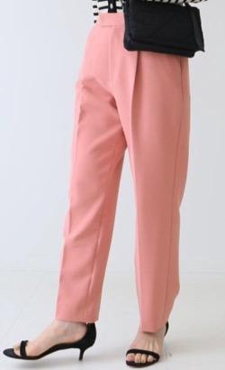 ピンクのテーパードパンツ