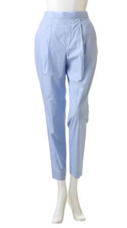 薄いブルーのパンツ