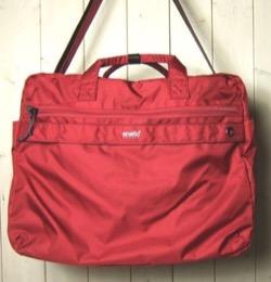 赤いボストンバッグ