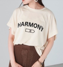 オフホワイトのロゴTシャツ