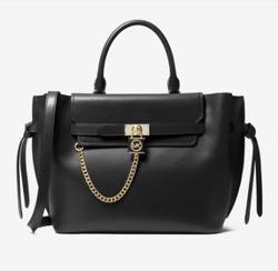 黒いチェーン付きハンドバッグ