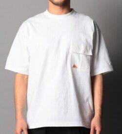 白いポケットロゴTシャツ